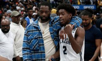 Zaire Wade dans les bras de son père, Dwyane, sous le maillot des Blazers de Sierra Canyon