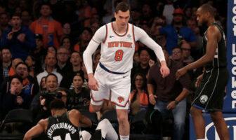 Mario Hezonja enjambe Giannis Antetokounmpo lors d'un match opposant les New York Knicks et les Milwaukee Bucks