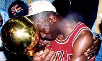 Michael Jordan tenant le trophée Larry O'Brien de champion NBA, en 1991