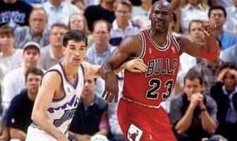 Michael Jordan face à John Stockton lors d'un match opposant les Chicago Bulls au Utah Jazz