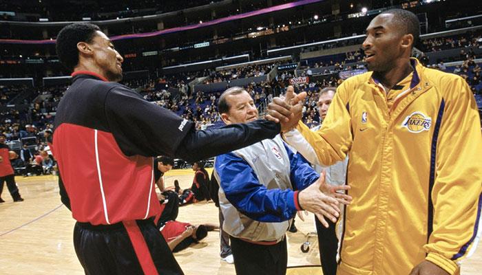Scottie Pippen et Kobe Bryant se serre la main à l'occasion d'un match entre les Chicago Bulls et les Los Angeles Lakers