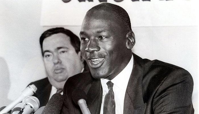 Jerry Krause et Michael Jordan lors d'une conférence de presse