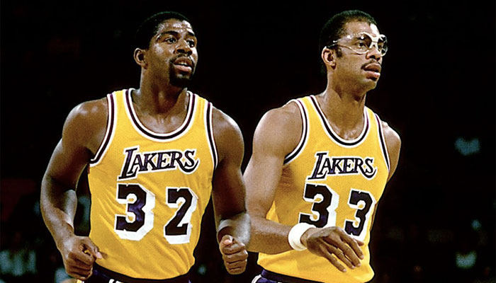 Magic Johnson et Kareem Abdul-Jabbar sous le maillot des Los Angeles Lakers
