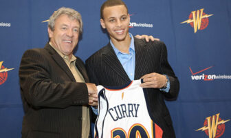Stephen Curry et Larry Riley posant avec le maillot des Warriors lors de la Draft 2009