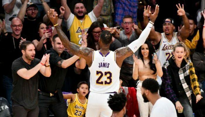 LeBron James face aux fans des Lakers