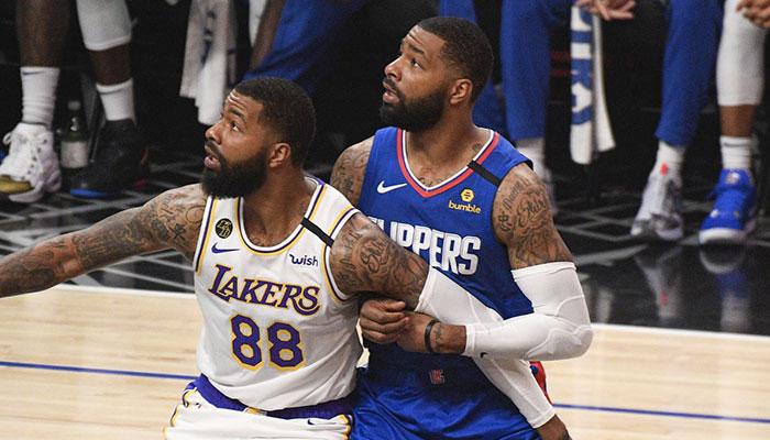 Marcus et Markieff Morris se battent pour un rebond lors du match opposant les Los Angeles Lakers aux Los Angeles Clippers