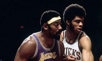 Wilt Chamberlain et Kareem Abdul-Jabbar lors d'une rencontre opposant les Los Angeles Lakers aux Milwaukee Bucks