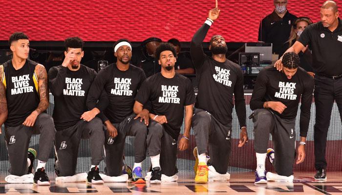LeBron James et les Lakers un genou au sol