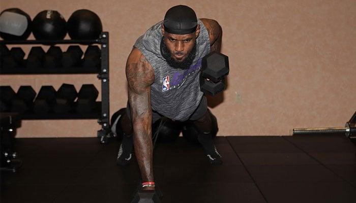 LeBron James en pleine séance de musculation dans la bulle NBA d'Orlando