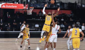 Lebron James à la lutte au rebond avec Kawhi Leonard avant les yeux d'Anthony Davis lors du match Los Angeles Clippers - Los Angeles Lakers dans la bulle d'Orlando