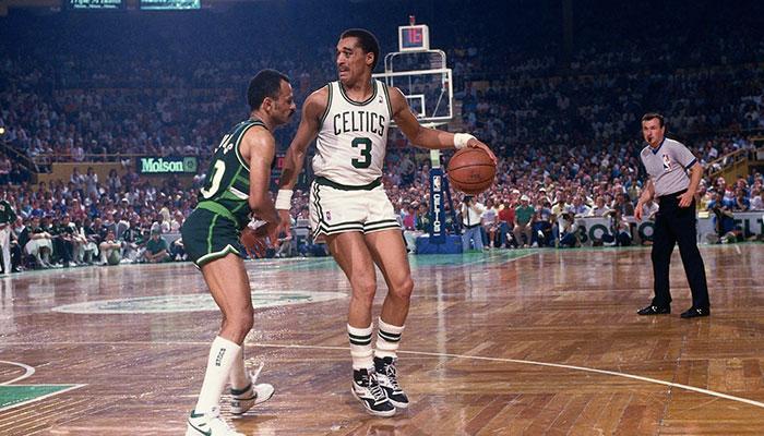 La légende NBA Dennis Johnson sous le maillot des Boston Celtics lors d'un match face aux Milwaukee Bucks