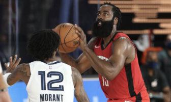 La star NBA des Houston Rockets James Harden s'apprête à prendre un tir devant le rookie des Memphis Grizzlies Ja Morant