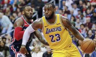Lebron James dribble devant John Wall lors d'un match NBA opposant les Washington Wizards aux Los Angeles Lakers en 2018
