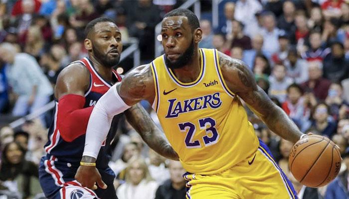 Lebron James dribble devant John Wall lors d'un match NBA opposant les Washington Wizards aux Los Angeles Lakers en 2018