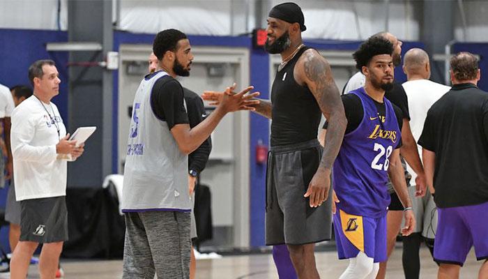 Talen Horton-Tucker tape dans la main de LeBron James lors d'une séance d'entrainement des Los Angeles Lakers dans la bulle NBA de Disney World