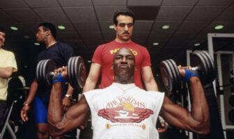 La légende NBA Michael Jordan en plein séance de musculation devant les yeux de son coach personnel, Tim Grover