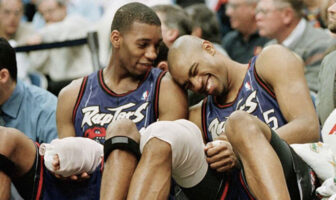 Les légendes NBA Tracy McGrady et Vince Carter en plein fou rire sur le banc des Toronto Raptors