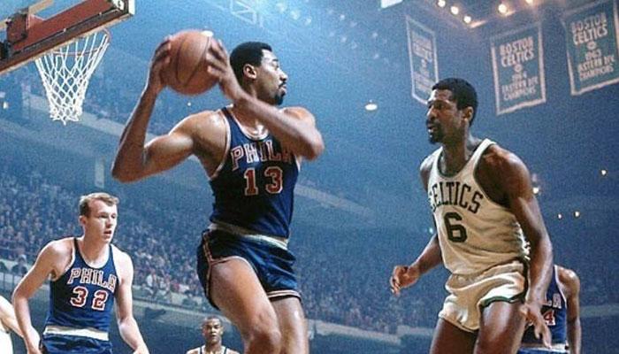 Les deux légendes NBA Wilt Chamberlain et Bill Russell lors d'un match opposant les Philadelphia 76ers aux Boston Celtics