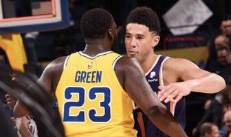 Les stars NBA Devin Booker et Draymond Green s'enlacent après un match entre les Golden State Warriors et les Phoenix Suns