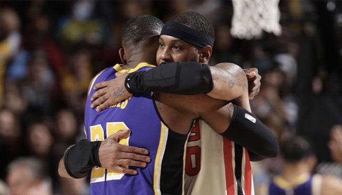 La superstar NBA des Los Angeles Lakers LeBron James enlace son grand ami et adversaire des Portland Trail Blazers Carmelo Anthony