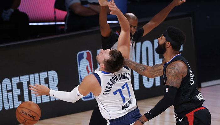 La star NBA des Dallas Mavericks Luka Doncic subit une faute grossière de la part de son adversaire des Los Angeles Clippers Marcus Morris lors du Game 6 du premier tour des playoffs