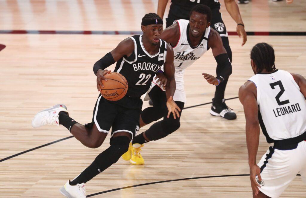 Caris LeVert face à Kawhi Leonard et Reggie Jackson lors de la victoire des Nets face aux Clippers