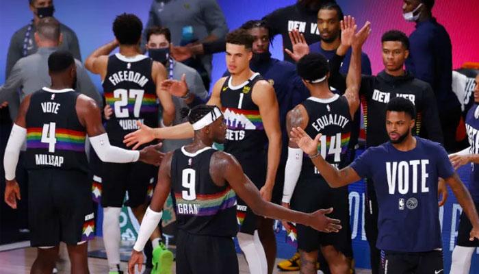 Les Nuggets se congratulent après un temps mort NBA