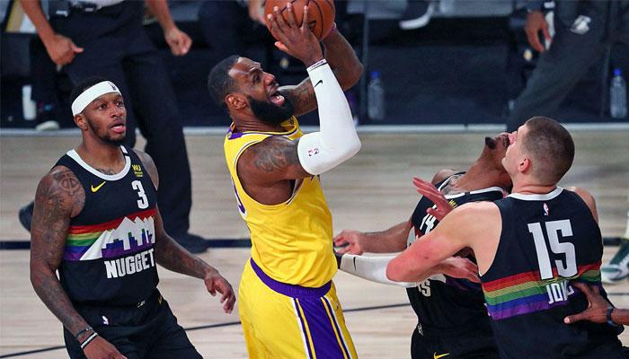 LeBron James après une faute subie face aux Nuggets