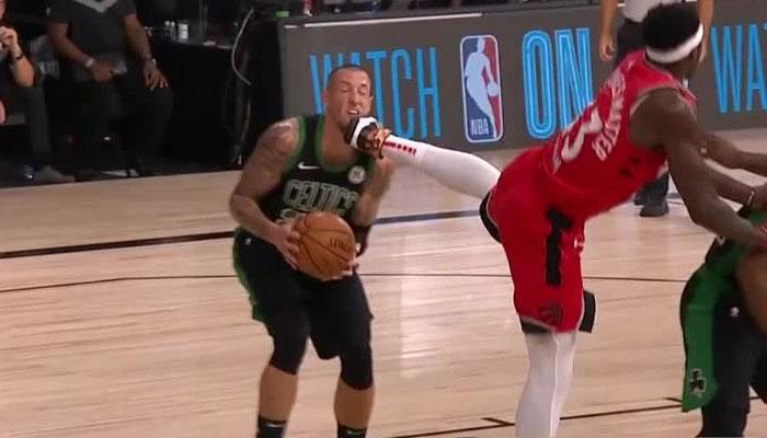 Pascal Siakam a mis un coup de pied dans la tête de Daniel Theis des Celtics NBA