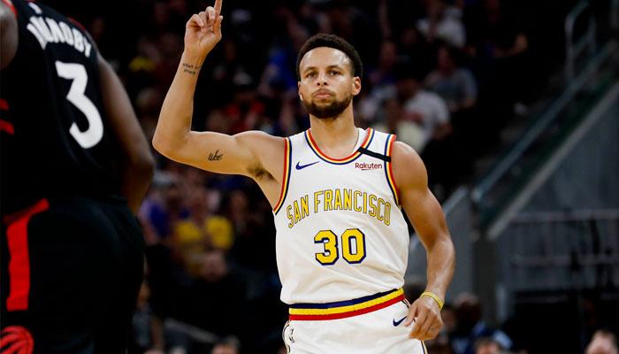 Steph Curry célèbre après un panier NBA