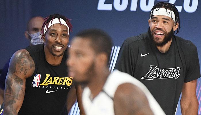 Dwight Howard et JaVale McGee tout sourire sur le banc des Los Angeles Lakers
