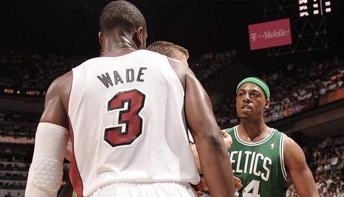La légende des Boston Celtics énervée devant l'icône du Miami Heat Dwyane Wade lors d'un match NBA