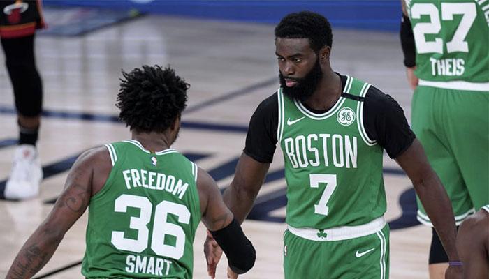 Les joueurs des Boston Celtics Marcus Smart et Jaylen Brown se tapent dans la main lors d'un match face au Miami Heat, à l'occasion des finales de conférence Est des playoffs NBA 2020