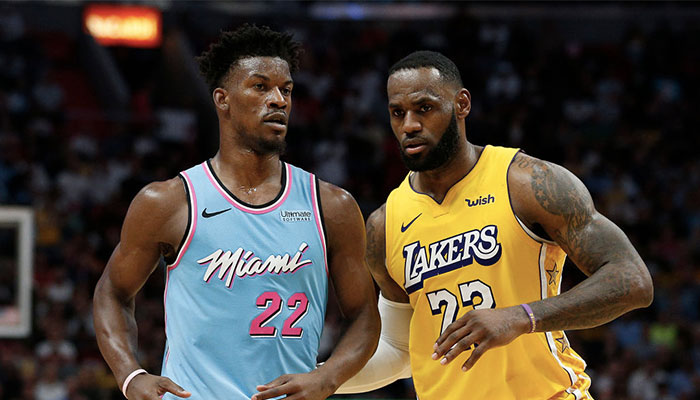 Les superstars NBA Jimmy Butler et LeBron en confrontation directe lors d'un match entre le Miami Heat et les Los Angeles Lakers