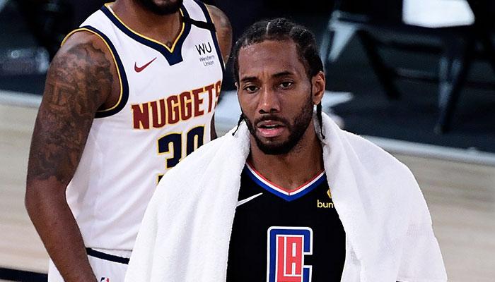 La star des Los Angeles Clippers Kawhi Leonard, serviette sur les épaules, après la défaite de son équipe face aux Denver Nuggets lors du Game 7 des demi-finales de conférence Ouest, à l'occasion des Playoffs NBA 2020
