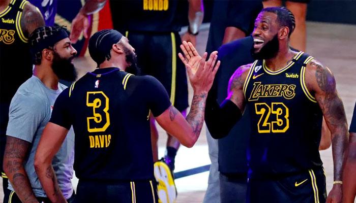 LeBron James et Anthony Davis célèbrent NBA
