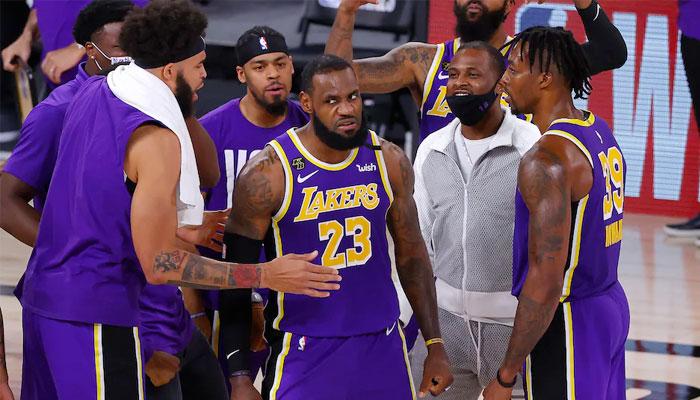 Lebron félicité par ses coéquipiers NBA