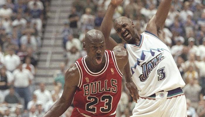 Les joueurs NBA Michael Jordan et Bryon Russell lors d'un match entre les Chicago Bulls et le Utah Jazz