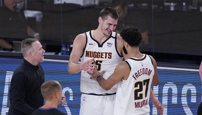 Les stars des Denver Nuggets Nikola Jokic et Jamal Murray tout sourire devant les yeux de leur entraineur Mike Malone à l'occasion du Game 7 face aux Los Angeles Clippers, lors des playoffs NBA 2020