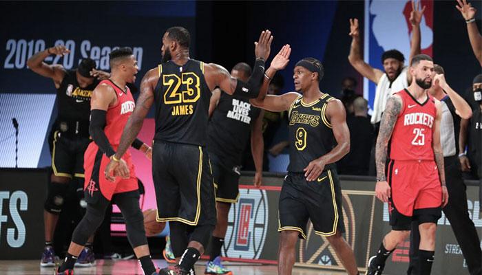 Les stars des Los Angeles Lakers Rajon Rondo et LeBron James se congratulent lors du Game 2 des demi-finales de conférence Ouest NBA 2020 face aux Houston Rockets
