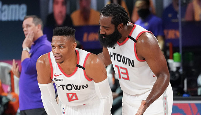 James Harden en discussion avec Russell Westbrook lors du Game 1 entre les Los Angeles Lakers et les Houston Rockets, lors des playoffs NBA 2020