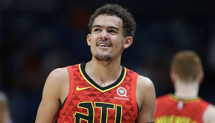 La jeune star NBA Trae Young tout sourire sous le maillot des Atlanta Hawks