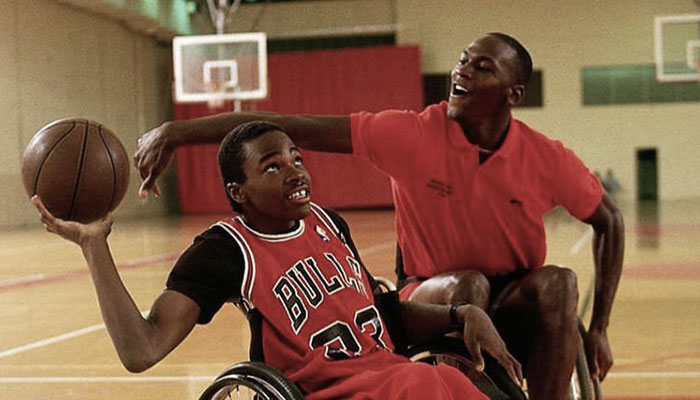 La légende NBA des Chicago Bulls, Michael Jordan lors d'un affrontement amical en fauteuil roulant avec le futur quadruple athlète paralympique Eric Garden