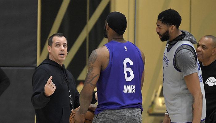 L'entraineur NBA des Los Angeles Lakers Frank Vogel en discussion avec ses deux stars, LeBron James et Anthony Davis