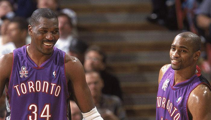 Les légendes NBA Hakeem Olajuwon et Vince Carter sous le maillot des Toronto Raptors