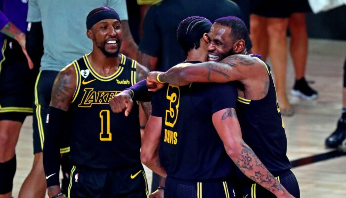 LeBron James, Anthony Davis et Kentavious Caldwell-Pope des Lakers célèbrent