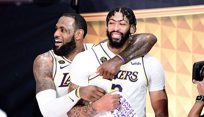 Les superstars des Los Angeles Lakers LeBron James et Anthony Davis tout sourire après la victoire de leur équipe lors du Game 6 des Finales NBA 2020 face au Miami Heat, synonyme de titre