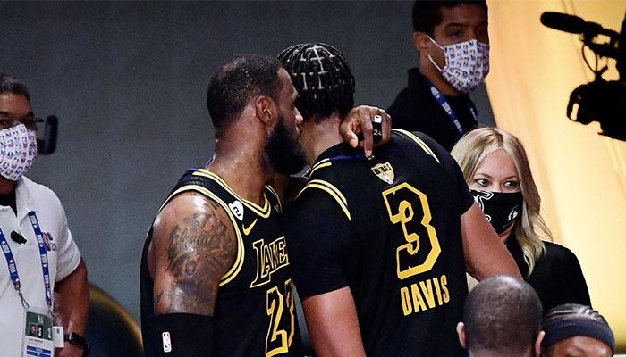 LeBron James parle à l'oreille d'Anthony Davis à l'issue du match 2 des Finales NBA 2020 entre les Los Angeles Lakers et le Miami Heat