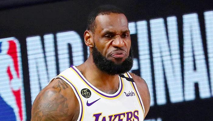 LeBron agacé après le coup de sifflet d'un arbitre NBA