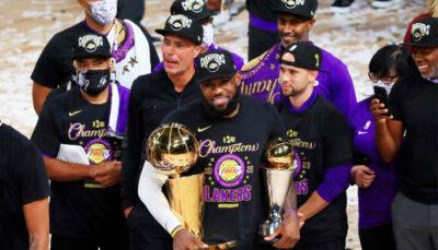 LeBron James avec ses deux trophées NBA